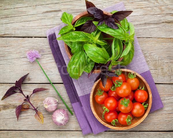 Foto stock: Fresco · agricultores · tomates · manjericão · mesa · de · madeira · comida