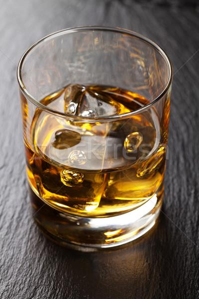 Foto stock: Vidrio · whisky · hielo · negro · piedra · mesa