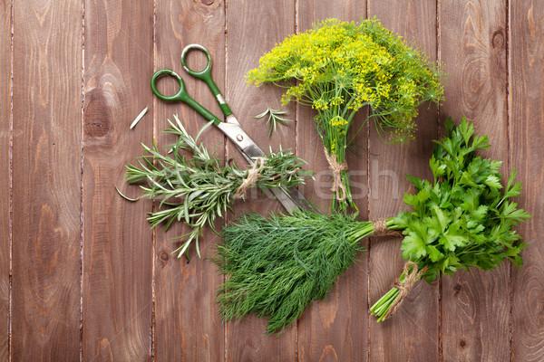 świeże ogród zioła drewniany stół górę widoku Zdjęcia stock © karandaev