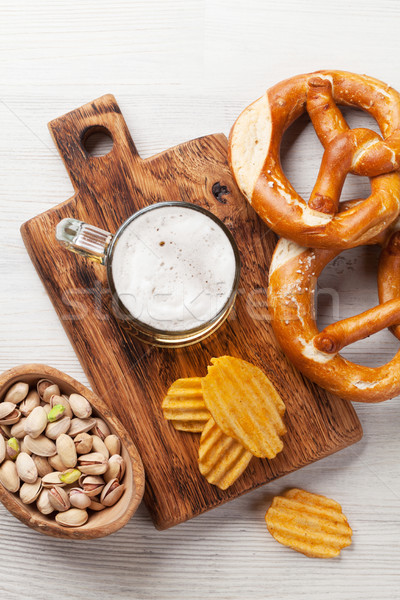 Világos sör sör harapnivalók fa asztal diók sültkrumpli Stock fotó © karandaev