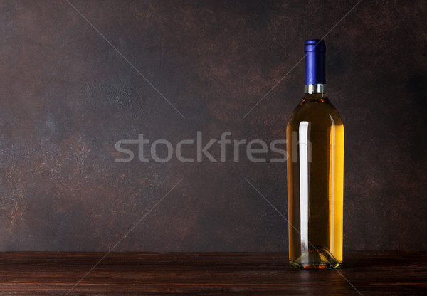 Foto d'archivio: Bottiglia · di · vino · bianco · lavagna · muro · copia · spazio · legno · sfondo