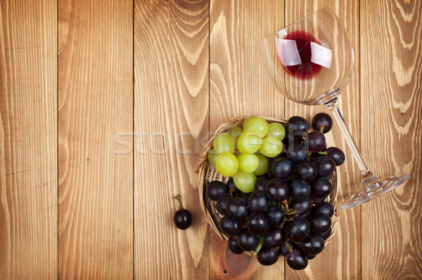 ストックフォト: 赤ワイン · ガラス · ブドウ · 木製のテーブル · コピースペース · 食品
