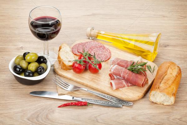 Vino tinto queso aceitunas tomates prosciutto pan Foto stock © karandaev