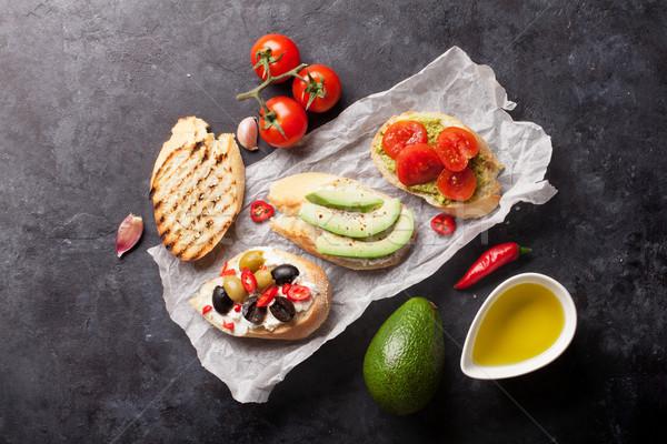 Toast Sandwiches Avocado Tomaten Oliven Stein Stock foto © karandaev