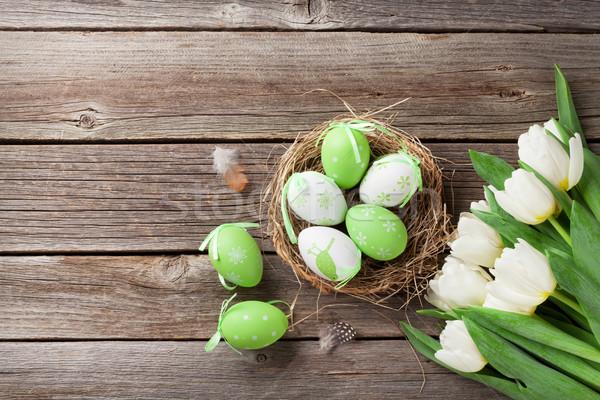 Huevos de Pascua blanco tulipanes mesa de madera espacio Pascua Foto stock © karandaev