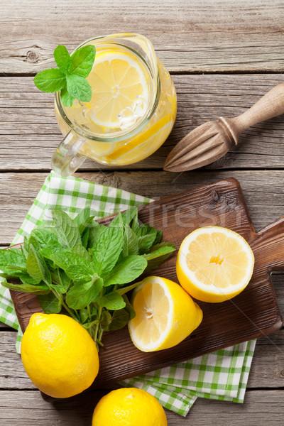 Limonade citron menthe glace table en bois haut Photo stock © karandaev