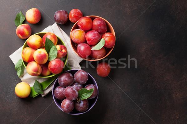 Fresco maduro pêssegos pedra tabela topo Foto stock © karandaev