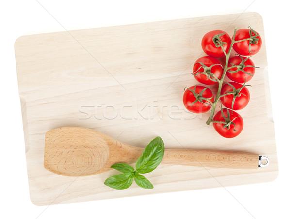 Kochen Gerät Tomaten Basilikum Schneidebrett isoliert Stock foto © karandaev