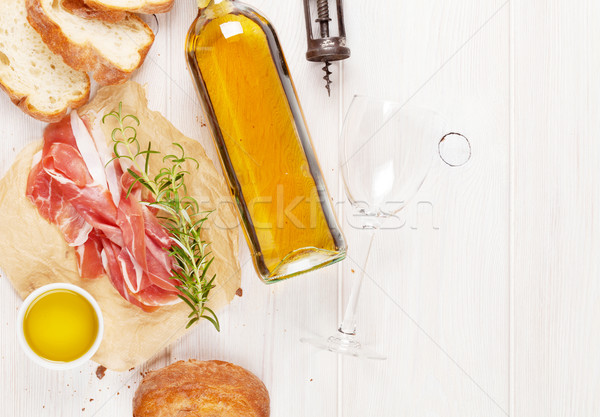 Prosciutto şarap parma'ya ait zeytinyağı ahşap masa üst Stok fotoğraf © karandaev