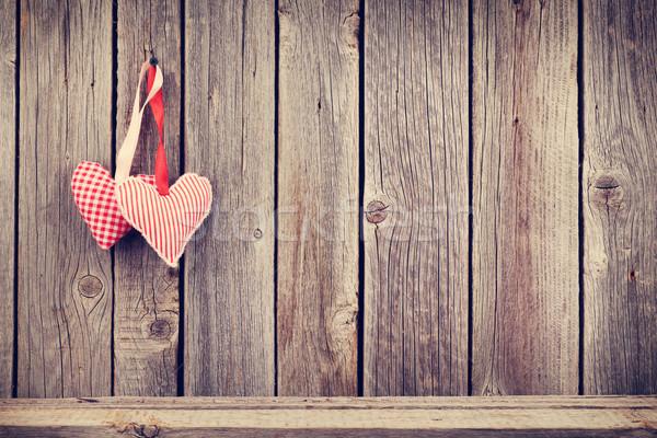 Foto stock: Dos · día · de · san · valentín · corazones · rústico · pared