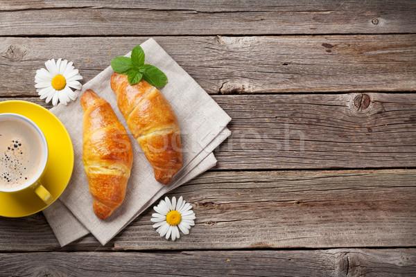 Croissants taza de café mesa de madera superior vista espacio de la copia Foto stock © karandaev
