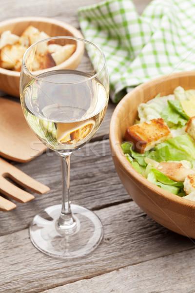Białe wino szkła sałatka cesarska drewniany stół żywności wina Zdjęcia stock © karandaev