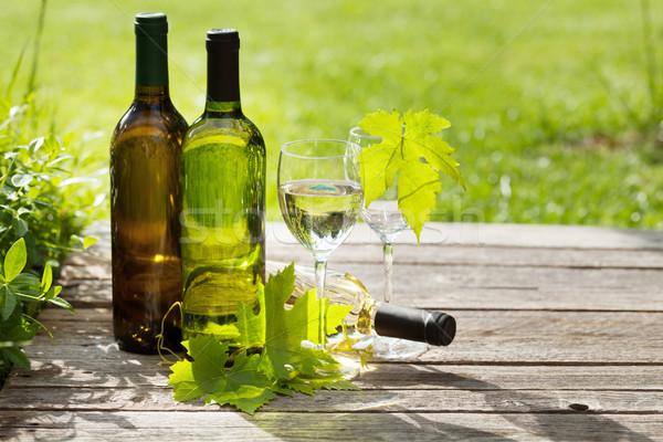 Vino bianco bottiglie tavolo in legno outdoor ancora vita spazio Foto d'archivio © karandaev
