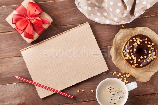 Notepad donut koffie houten tafel top Stockfoto © karandaev