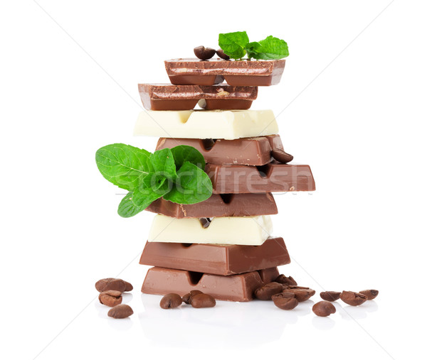 Chocolade koffiebonen geïsoleerd witte blad melk Stockfoto © karandaev