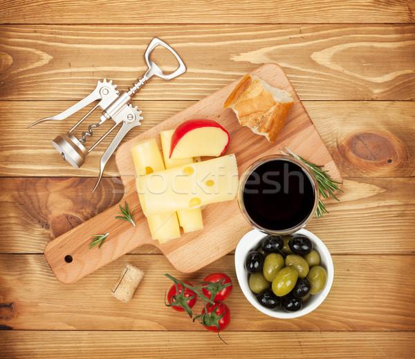 Vinho tinto queijo pão azeitonas temperos mesa de madeira Foto stock © karandaev