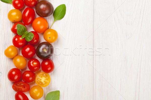 Colorato pomodorini basilico tavolo in legno top view Foto d'archivio © karandaev