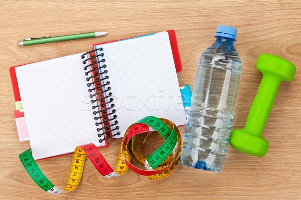 Mètre à ruban une bouteille d'eau notepad espace de copie fitness santé Photo stock © karandaev