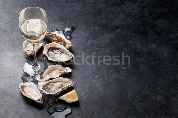 Istiridye limon beyaz şarap buz taş Stok fotoğraf © karandaev
