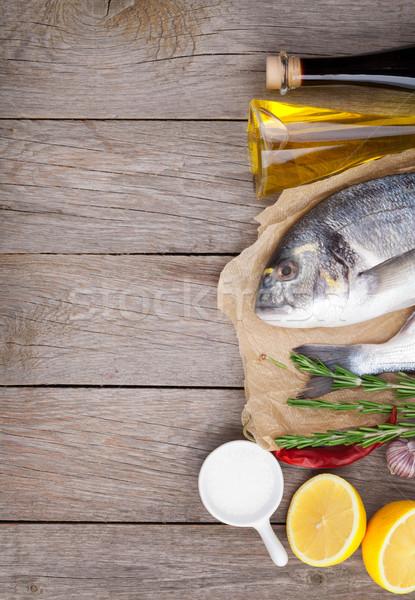 Stok fotoğraf: Taze · balık · pişirme · baharatlar · ahşap · masa