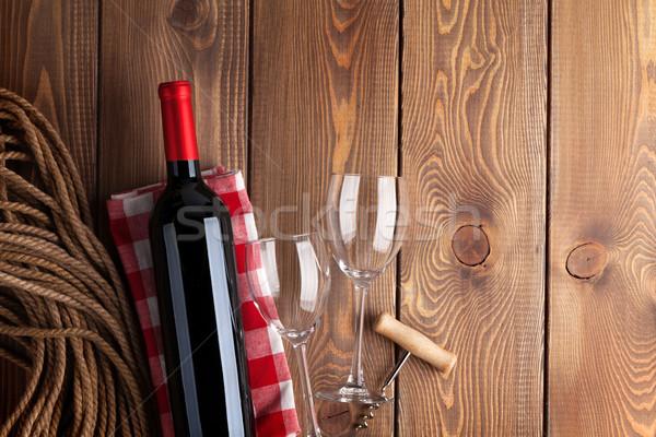 Rode wijn fles bril rustiek houten tafel Stockfoto © karandaev