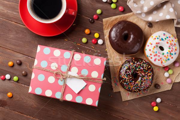 Fánk ajándék doboz kávé fánkok fa asztal felső Stock fotó © karandaev