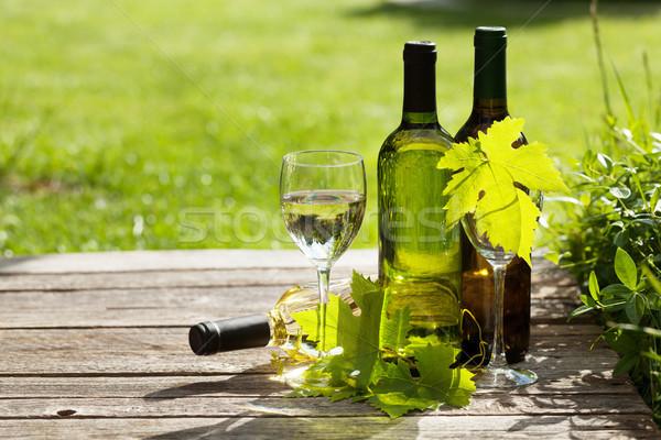 Foto d'archivio: Vino · bianco · bottiglie · tavolo · in · legno · outdoor · ancora · vita · spazio