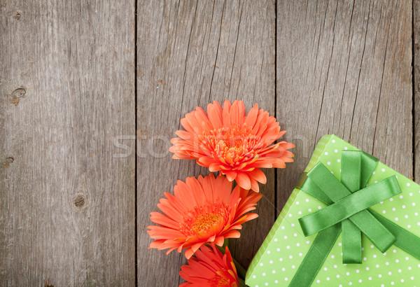 Foto d'archivio: Arancione · fiori · scatola · regalo · tavolo · in · legno · copia · spazio · amore