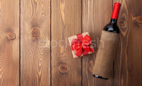 Vinho tinto garrafa dia dos namorados caixa de presente rústico mesa de madeira Foto stock © karandaev