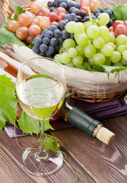 Beyaz şarap cam şişe üzüm ahşap masa gıda Stok fotoğraf © karandaev