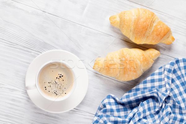 Fresco croissants café mesa de madeira topo ver Foto stock © karandaev