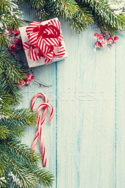 Karácsony ajándék doboz cukorka sétapálca fenyőfa ág Stock fotó © karandaev