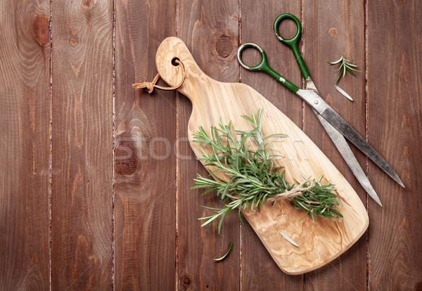 Fresche giardino rosmarino tagliere tavolo in legno top Foto d'archivio © karandaev
