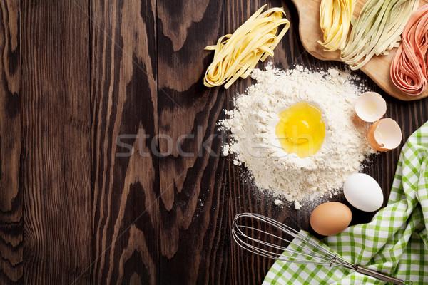Fatto in casa pasta cottura tavolo in legno top view Foto d'archivio © karandaev