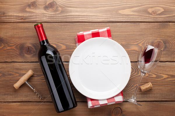 Tabeli pusty tablicy kieliszek wino czerwone butelki Zdjęcia stock © karandaev