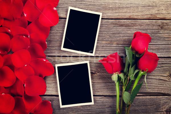 Foto stock: Rosas · rojas · foto · marcos · pétalos · mesa · de · madera · textura