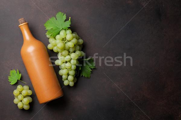 Bottiglia di vino uve pietra tavola top view Foto d'archivio © karandaev