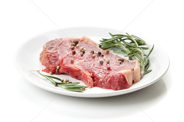 Ruw lendenen biefstuk rosmarijn specerijen plaat Stockfoto © karandaev
