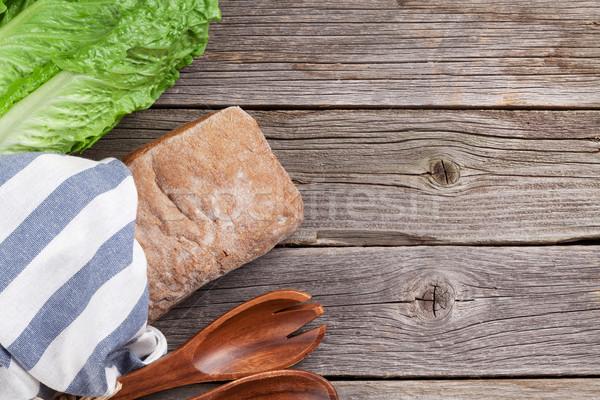 Frescos ensalada cesar cocina mesa de madera superior vista Foto stock © karandaev