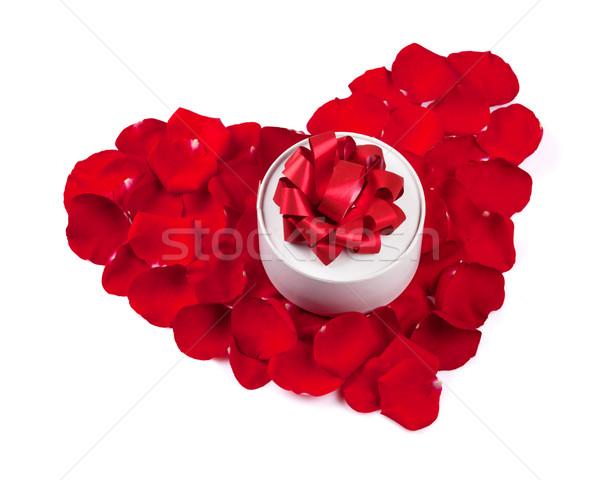 Foto stock: Rose · Red · pétalos · corazón · caja · de · regalo · aislado · blanco