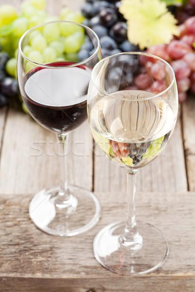 Foto stock: Copos · de · vinho · uvas · mesa · de · madeira · comida · folha · fruto