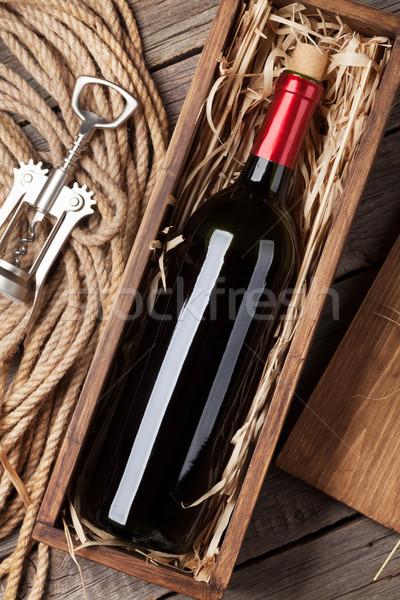 Vino rosso bottiglia finestra tavolo in legno top view Foto d'archivio © karandaev