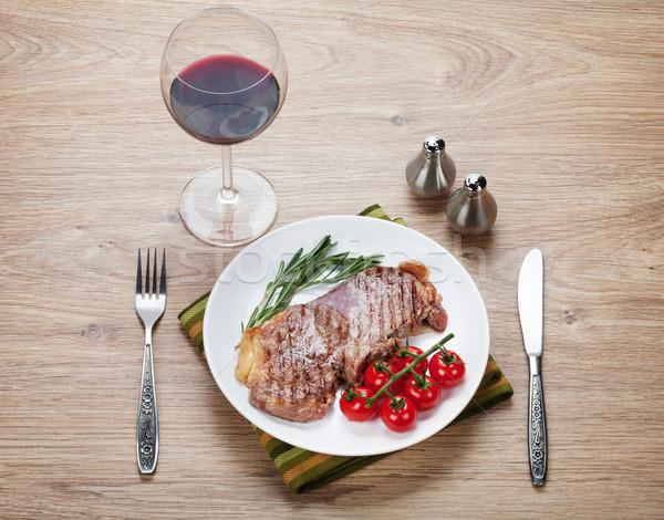 Lendenen biefstuk rosmarijn kerstomaatjes plaat wijn Stockfoto © karandaev