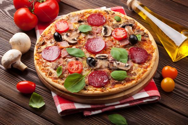 Italiano pizza pepperoni mesa de madera alimentos verde Foto stock © karandaev