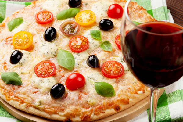 Italiano pizza vino tinto queso tomates aceitunas Foto stock © karandaev