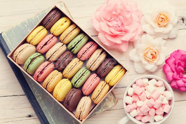 Színes doboz mályvacukor fa asztal édes macaronok Stock fotó © karandaev