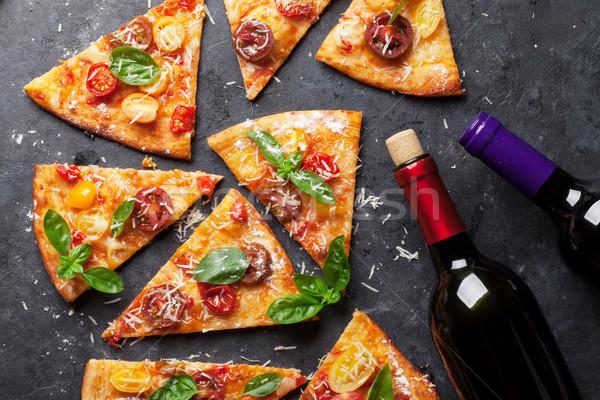 Pizza tomaten mozzarella basilicum eigengemaakt rode wijn Stockfoto © karandaev