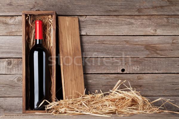 Rode wijn fles vak houten muur exemplaar ruimte Stockfoto © karandaev