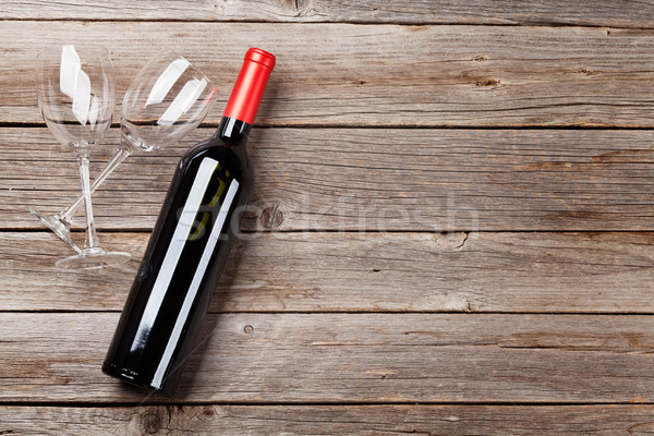 Garrafa de vinho óculos mesa de madeira topo ver espaço Foto stock © karandaev