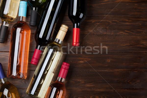 Vino bottiglie tavolo in legno Rose Red vino bianco top Foto d'archivio © karandaev